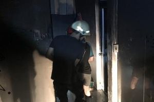 Giải cứu 2 người trong căn nhà cháy lúc rạng sáng