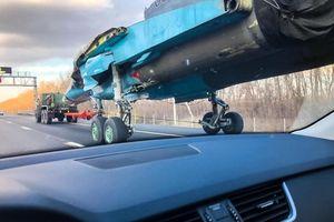 Ngỡ ngàng cảnh Su-34 không cánh chạy trên đường quốc lộ Nga