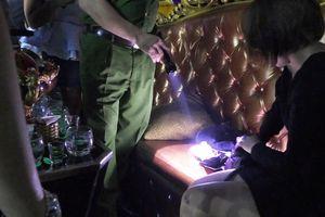 300 cảnh sát đột kích quán bar, karaoke lúc rạng sáng