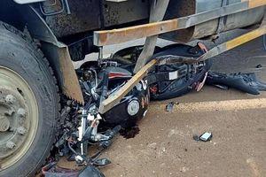 Mô tô phân khối lớn nát bét dưới bánh xe tải, người đàn ông tử vong thương tâm