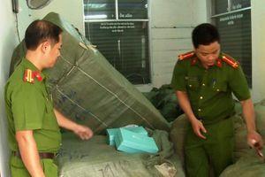 8 tấn quần áo, giày... không nguồn gốc trên tàu SE19 ở Đà Nẵng