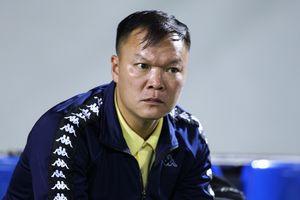HLV Dương Hồng Sơn buồn bã vì U21 Việt Nam thua phút cuối
