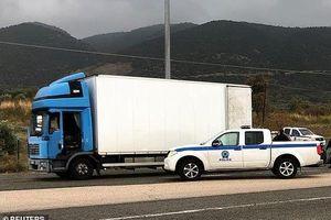 Cảnh sát Hy Lạp phát hiện 41 người nhập cư trốn trong xe đông lạnh