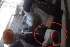 Người phụ nữ đi xe máy mất lái lao thẳng vào nhà dân