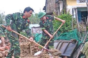 Quân khu 5 giúp nhân dân dựng lại nhà sau bão số 5