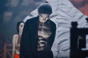 Màn cởi áo khoe body 6 múi của Denis Đặng khiến fan nữ chỉ muốn 'nhào vào lòng'