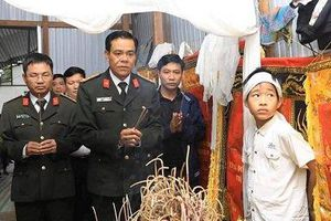 Lãnh đạo Công an tỉnh Hà Tĩnh trao số tiền 50 triệu đồng đến 2 cháu bé mồ côi