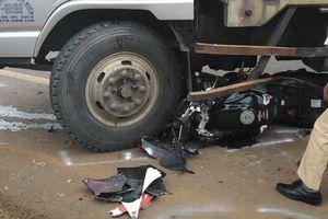 Xe mô tô lọt gầm ô tô tải sau va chạm, nam thanh niên tử vong