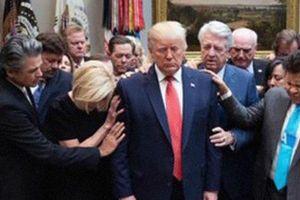 Cố vấn tâm linh cầu nguyện cho ông Donald Trump giữa sóng gió luận tội
