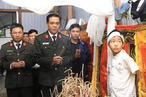 Giám đốc công an đến tận nhà dâng hương và trao quà cho gia đình nạn nhân TNGT