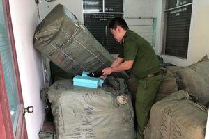 Đà Nẵng: Tạm giữ 8 tấn quần áo, giày dép… không rõ nguồn gốc trên tàu