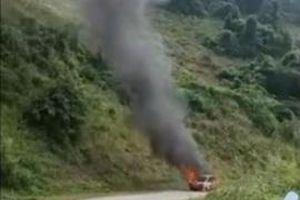 Đang lên dốc, ô tô bất ngờ bốc cháy ngùn ngụt ở Sơn La
