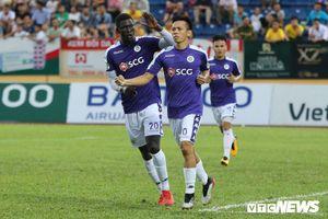 Cầu thủ hay nhất V-League 2019: Văn Quyết ghi nhiều bàn thắng, sao vẫn bị Quang Hải vượt mặt?