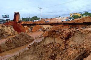 Sạt lở thành hố sâu trên tuyến đường ven biển ở Bình Thuận