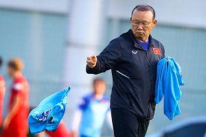 Thầy Park xếp áo tập cho U22 Việt Nam trong ngày gia hạn hợp đồng