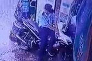 Camera ghi cảnh trộm xe máy ở TP.HCM