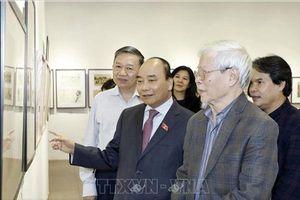 Thủ tướng Nguyễn Xuân Phúc thăm triển lãm của NSND, họa sĩ Ngô Mạnh Lân