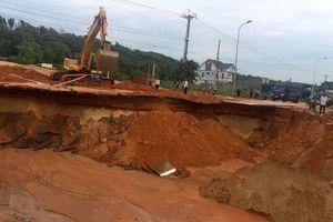 Vỡ đập chắn cát của công trình du lịch gây sạt lở đường tỉnh lộ