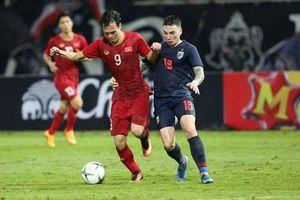 CĐV Thái giúp HLV Akira Nishino chọn hàng phòng ngự để đấu Việt Nam