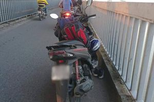 Người đàn ông dừng xe máy giữa cầu Thăng Long rồi bất ngờ nhảy xuống sông Hồng tự tử