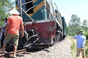 Đang sửa đường ray, hai công nhân bất ngờ bị tàu hỏa tông