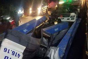 Thanh sắt nặng hàng tấn đâm nát cabin xe đầu kéo, tài xế nguy kịch