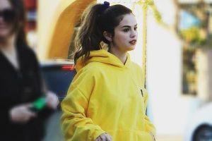 Selena Gomez diện cả cây neon, ngồi xổm chụp ảnh giữa chợ