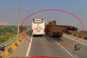 Xe khách chạy ẩu trên cầu vượt suýt đâm vào xe chở sắt