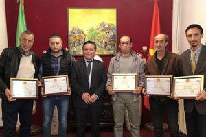 Đại sứ Phạm Quốc Trụ trao tặng giấy khen cho 5 nhà làm phim, phóng viên Algeria