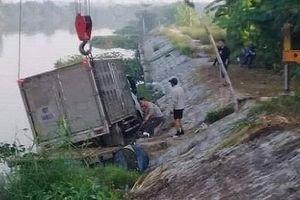 Đang chèo thuyền trên sông, người đàn ông bị ô tô đâm tử vong