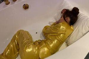Ninh Dương Lan Ngọc ngủ gục trong bồn tắm giữa guồng quay công việc