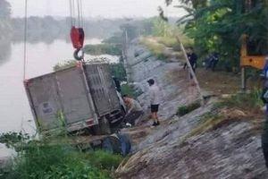 Đang chèo thuyền trên sông, người đàn ông bị ô tô lao xuống đâm tử vong