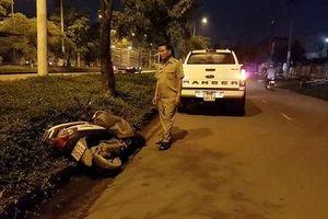 Người đàn ông tử vong bất thường bên lề đường