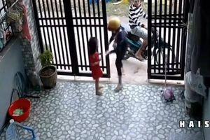 Đôi nam nữ xông vào tận nhà cướp điện thoại trên tay bé gái