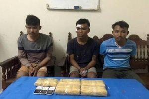 Bắt 3 người vận chuyển 30.000 viên ma túy vào Việt Nam