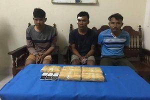 Bắt 3 đối tượng người Lào đang vận chuyển 30.000 viên ma túy vào Việt Nam