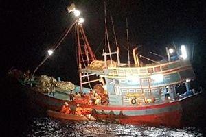 Tàu SAR 412 cứu nạn ngư dân bị tời cuốn đứt bàn chân