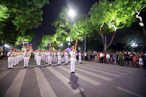 Đoàn Nghi lễ CAND 'tái xuất' bên Hồ Hoàn Kiếm vào tối ngày 9-11