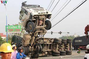 Tài xế, phụ xe tải mắc kẹt trong cabin sau vụ tai nạn tại Bình Dương