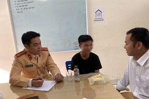 CSGT thành phố Hải Dương giúp một thanh niên bị ngất ven đường