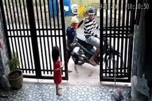 Bị cướp điện thoại ngay trước nhà