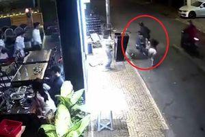 Tên trộm táo tợn giật túi xách giữa phố Sài Gòn khiến cô gái ngã 'sấp mặt'