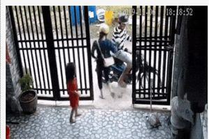 Clip: Cặp đôi táo tợn xong vào tận cửa nhà giật điện thoại trên tay bé gái, anh trai bất lực kêu gào