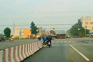 Xe ben va chạm xe tải chổng đầu trên không