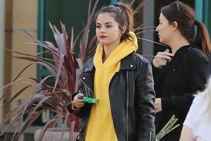 Selena Gomez buộc tóc đuôi ngựa cá tính, năng động dạo phố
