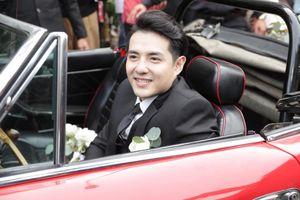 Ông Cao Thắng lái siêu xe đến đón dâu, bị fan ép ăn chanh trước khi vào nhà Đông Nhi