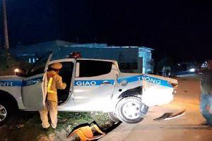 Ô tô tải tông văng xe tuần tra của CSGT