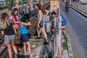 Du khách trèo vào đường tàu cầu Long Biên chụp ảnh
