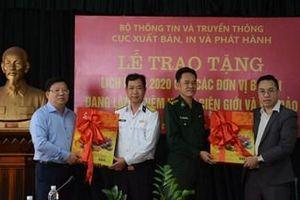 Trao 3.000 cuốn lịch bloc tặng một số đơn vị quân đội