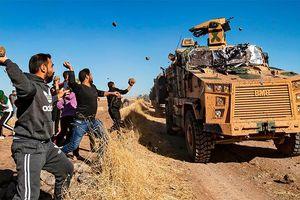 Người Kurd ném đá thiết giáp Thổ Nhĩ Kỳ